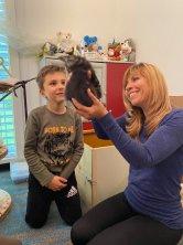 Le tout premier regard émerveillé et attendrissant pour son futur chaton, un instant magique pour Antoine.